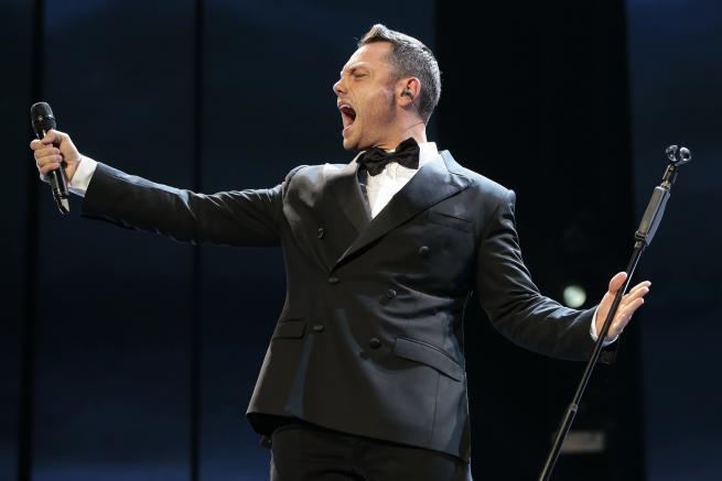 Il cantante annuncia sui social che ripartirà l'11 dicembre da Conegliano
