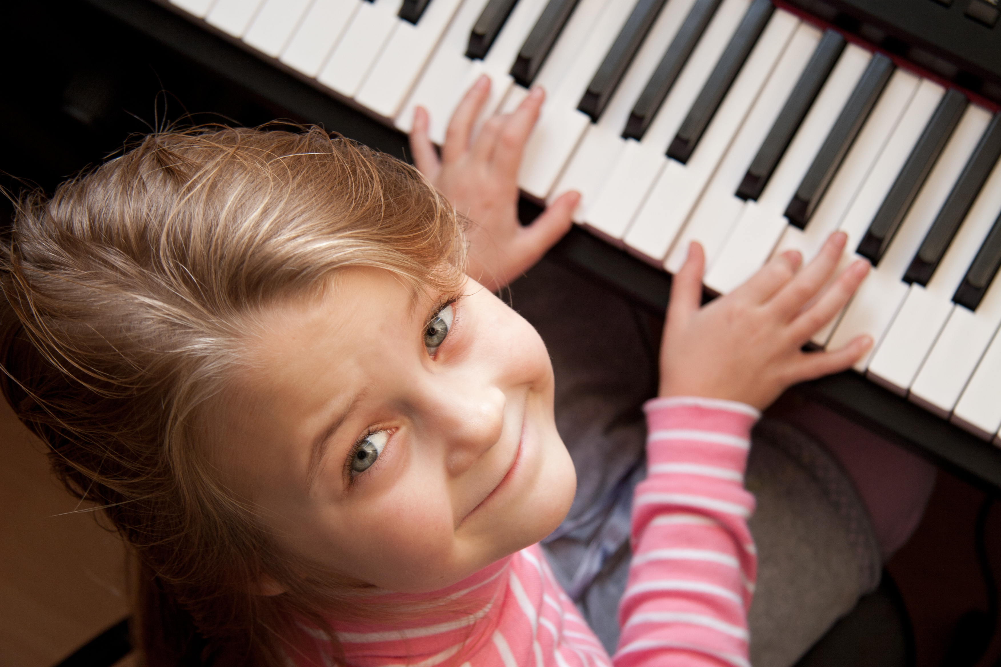 Imparare a riconoscere le note e ad affinare le capacità uditive è fondamentale per qualsiasi musicista